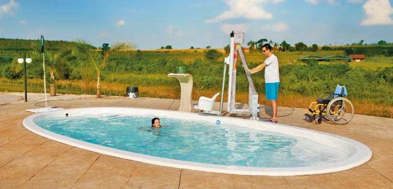 Acesse - equipamento de acessibilidade à piscina para portadores de necessidades especiais e idosos em uma piscina Komodo branca