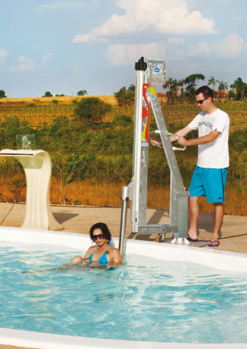 Acesse - equipamento de acessibilidade à piscina para portadores de necessidades especiais e idosos em uma piscina Komodo branca sendo retirada da agua